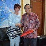 2.Menko Maritim dan Sumber Daya Rizal Ramli (kanan) menerima cindramata dari Dubes Swiss untuk Indonesia Yvone Bauman usai adakan pertemuan di kantor Menko Gd. BPPT Jakarta hari Selasa 16-2-2016
