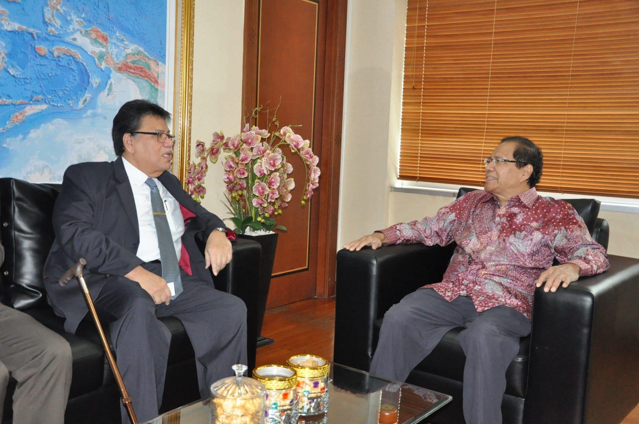 3. Menko Maritim dan Sumber Daya Rizal Ramli (kanan) menerima kunjungan Dubes Malaysia untuk Indonesia Dato Seri Zahrain di ruang kerja menko Gd. BPPT Jakarta 16-2-2016.