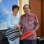 3.Menko Maritim dan Sumber Daya Rizal Ramli (kanan) menerima cindramata dari Dubes Swiss untuk Indonesia Yvone Bauman usai adakan pertemuan di kantor Menko Gd. BPPT Jakarta hari Selasa 16-2-2016