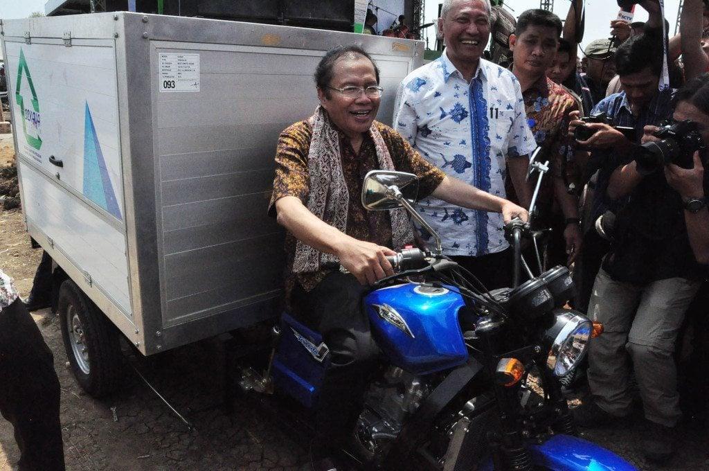 Rizal Ramli Membagikan 1000 Kartu BPJS kepada Nelayan Indramayu