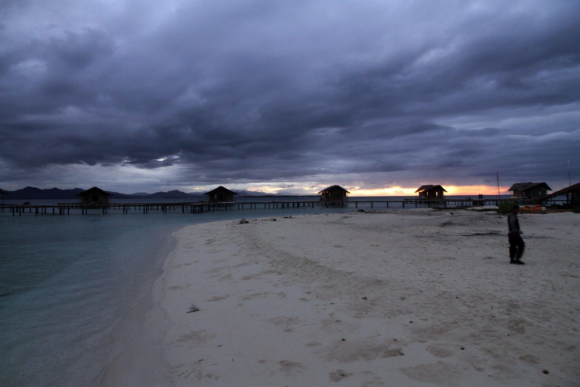 Pesona Senja Pulau Cinta