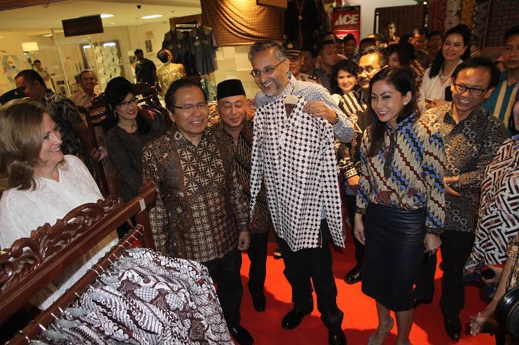 Menko Rizal Borong Batik
