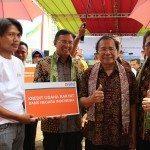 12.Menko Maritim dan Sumber Daya Rizal Ramli (kanan) didampingi Direktur BPJS dan Direktur BNI usai menyerahkan KUR utk nelayan di PPI Karangsong Indramayu 17-11-2015.