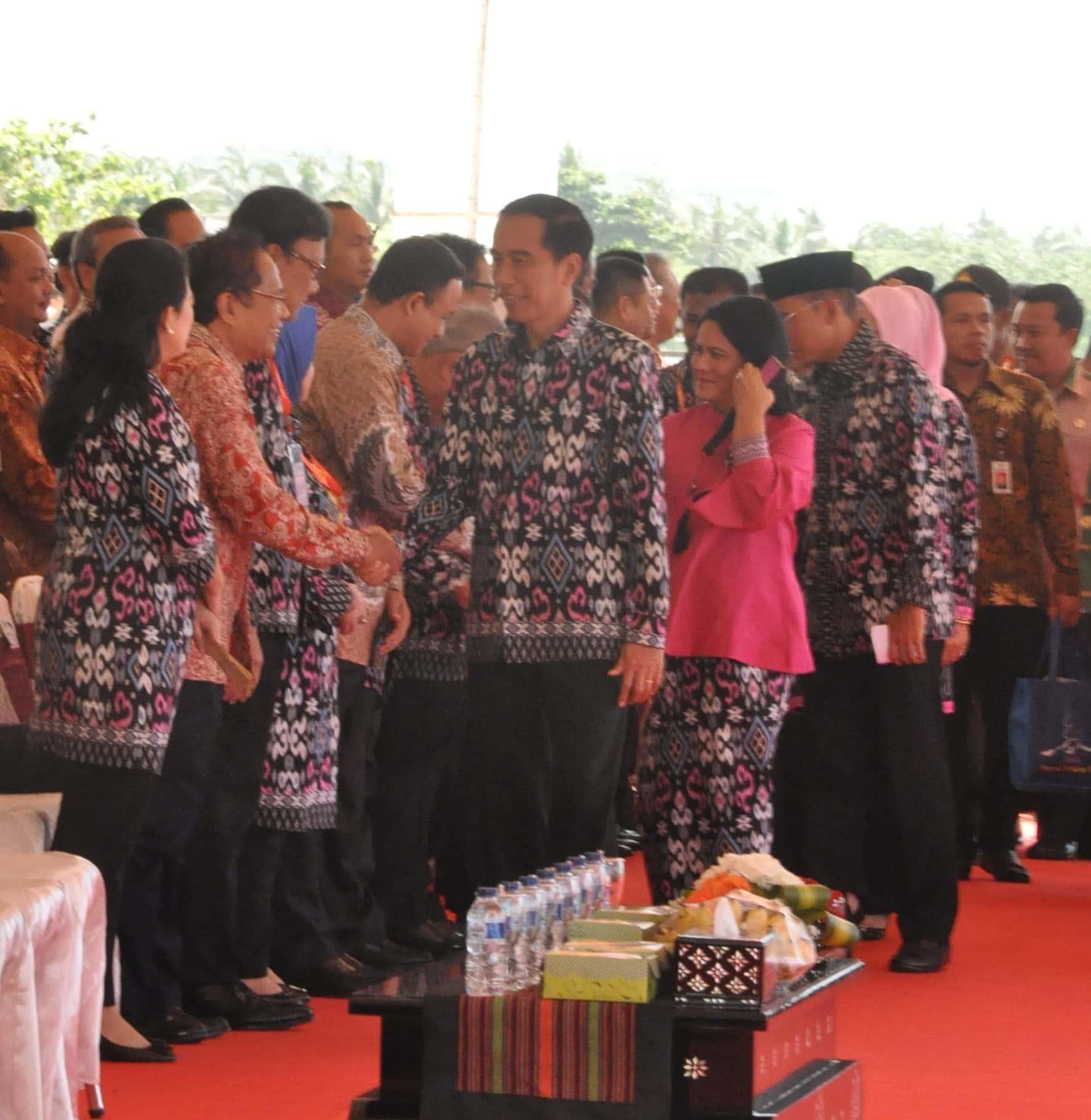 5Presiden RI Jokowi dan Ibu Iriana Jokowi hadir pada peringatan Hari Pers Nasional 2016 di pantai Mandalika Lombok Selatan NTB pada 9-2-2016.