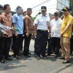 Menko Rizal Membongkar Jalur Rel yang Tertimbun