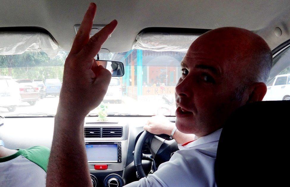 Di Belitong, Bule Bekas Tentara Jadi Supir Travel Dadakan