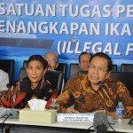 6Menko Maritim dan Sumber Daya Rizal Ramli didampingi MKP Susi Pujiastuti berikan pres conf usai menyaksikan penenggelaman kapal ilegal Fishing melalui Video Confrence di Gd. KKP 5 april 2016