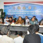 7.Menko Maritim dan Sumber Daya Rizal Ramli didampingi MKP Susi Pujiastuti menyaksikan penenggelaman kapal ilegal Fishing melalui Video Confrence di Gd. KKP 5 april 2016. Jakarta