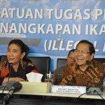 8.Menko Maritim dan Sumber Daya Rizal Ramli didampingi MKP Susi Pujiastuti menyaksikan penenggelaman kapal ilegal Fishing melalui Video Confrence di Gd. KKP 5 april 2016. Jakarta