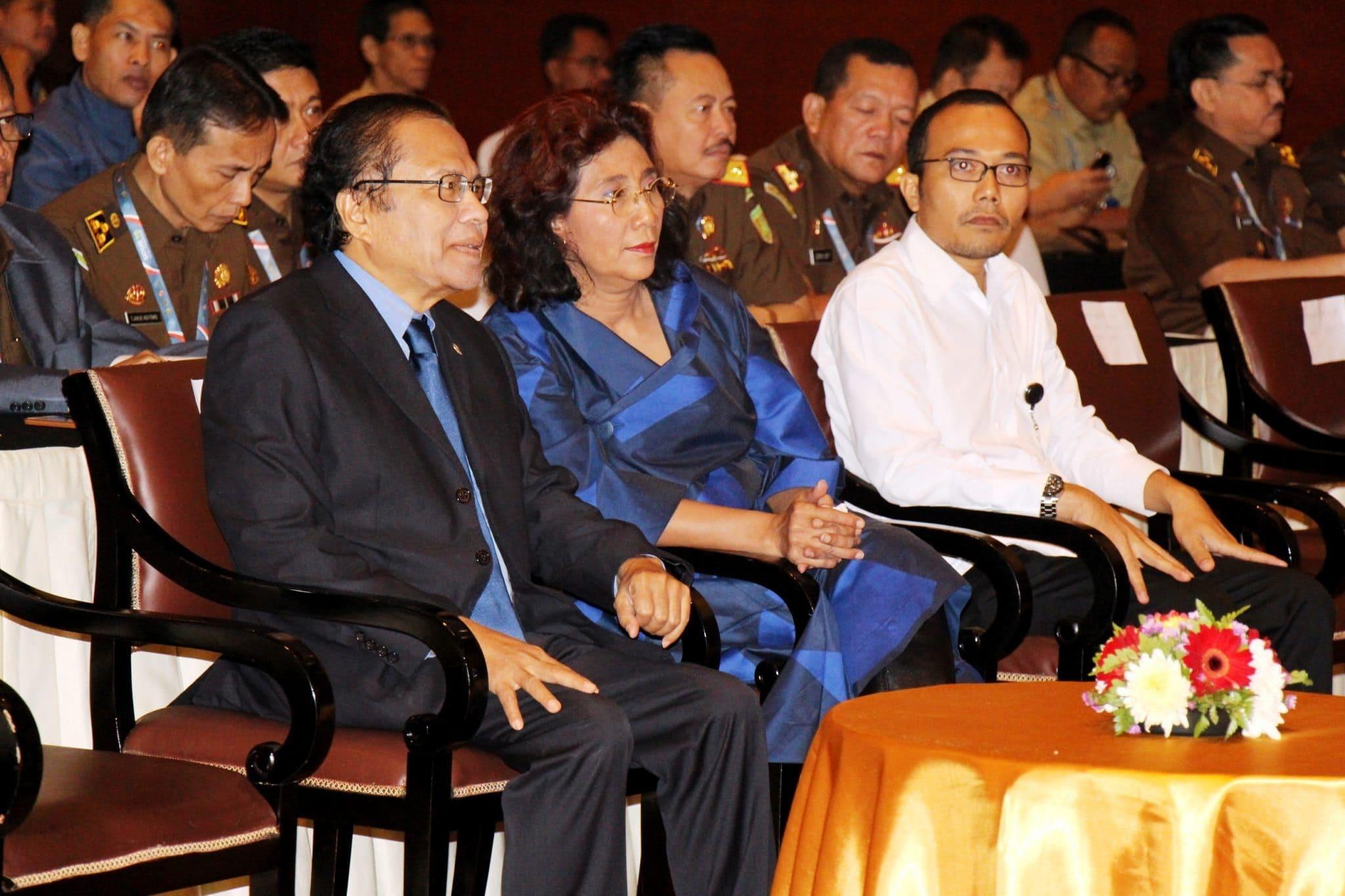 Menko Maritim dan Sumber Daya Rizal Ramli, Men KP Susi Pudjiastuti dan Menakertrans M Hanif Dhakiri sesaat sebelum Rakornas Pemberantasan Penangkapan Ilegal Fishing di mulai, Jakarta 30 Juni 2016
