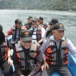 5 SAM KKP Saut Hutagalung, Karo Informasi Hukum , Humas Kemenko Maritim Djoko Hartoyo dan Direktur Produksi dan usaha Budiaya Peikanan Balok Budiyanto meninjau KJA PT.Suri Tani Pemuka .