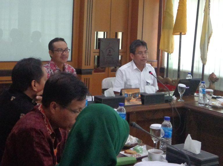 Asisten Deputi Insfrastruktur Pelayaran, Perikanan, dan Pariwisata, Rahmat Hidayat dan Bupati Kulon Progo Hasto Wardoyo