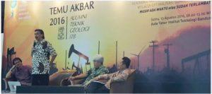 Deputi III Bidang Koordinasi Infrastruktur, Ridwan Djamaluddin selaku Ketua Ikatan Alumni ITB memberikan sambutan dalam acara Temu Akbar Alumni Geologi ITB, Bandung (13/8).