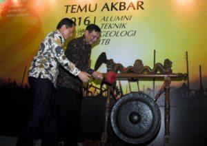 Menteri Koordinator Bidang Kemaritiman Luhut B. Pandjaitan di dampingi Rektor ITB Kadarsah Suryadi membuka acara temu akbar alumni Teknik Geologi ITB Bandung, 13 Agustus 2016