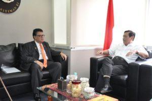 Menko Maritim Luhut Binsar Pandjaitan (kanan) hari Rabu (23/8) menerima kunjungan Duta Besar Malaysia Datuk Seri Muhammad Zahrein di kantor Kemenko Maritim Jakarta