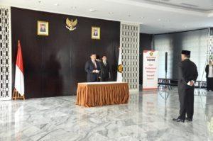 4. Pelaksana tugas (Plt) Menteri Energi dan Sumber Daya Mineral (ESDM) Luhut B.Pandjaitan melantik Kepala Badan Geologi, Ego Syahrial, di lobby Gedung Utama Kementerian ESDM Jakarta (18/8).