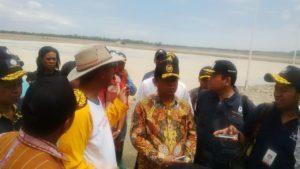 Deputi II Bidang Sumber Daya Alam dan Jasa Kemenko Bidang Kemaritiman Agung Kuswandono meninjau PT Garam di Bipolo Kupang, 25 Agustus 2016