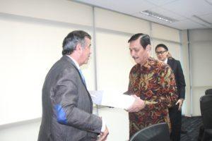 Menteri Koordinator Bidang Kemaritiman Luhut B. Pandjaitan menerima cinderamata dari Head of Military Fernando Alonso atas kunjungan Airbush Goup Indonesia, Jakarta 4 Agustus 2016