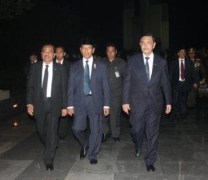 Menteri Koordinator Bidang Kemaritiman Luhut B. Pandjaitan (kanan), Menko Polhukam Wiranto (tengah) meninggalkan lokasi acara Apel Kehormatan dan Renungan Suci yg di pimpin langsung oleh Presiden RI Joko Widodo di Taman Makam Pahlawan Kali Bata, Jakarta 16 Agustus 2016