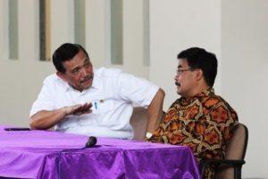 Menteri Koordinator Bidang Kemaritiman Luhut B Pandjaitan sedang berdiskusi dengan Rektor Institut Teknologi DEL, Laguboti 19 Agustus 2016