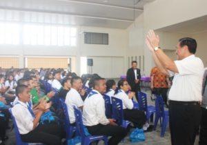 Menteri Koordinator Bidang Kemaritiman Luhut B Pandjaitan berpamitan kepada seluruh siswa siswi SMA Unggul DEL, Laguboti 19 Agustus 2016