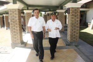 Menteri Koordinator Bidang Kemaritiman Luhut B Pandjaitan bersama Menteri PUPR Mochamad Basoeki sebelum rapat koordinasi di mulai, Tobasa 20 Agustus 2016