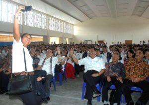 Menteri Koordinator Bidang Kemaritiman Luhut B Pandjaitan berselfi bersama dengan siswa siswi SMA Unggul DEL ,Laguboti 19 Agustus 2016