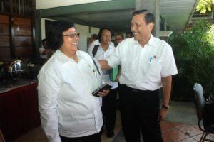 Menteri Koordinator Bidang Kemaritiman Luhut B Pandjaitan sambut menteri Lingkungan Hidup Siti Nurbaya di Loby Kampus IT DEL, Tobasa 20 Agustus 2016