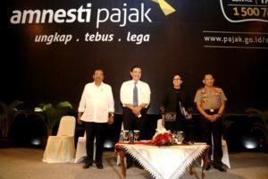 Menteri Koordinator Bidang Kemaritiman Luhut B. Pandjaitan (2 kiri), Menteri Keuangan Sri Mulyani (2 kanan), Kapolri Tito Karnavian (kanan), Jaksa Agung (kiri) Berfoto Bersama Pada Saat Acara Amnesti Pajak di JIEXPO Kemayoran di Jakarta 1 Agustus 2016