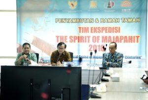 Kementerian Koordinator Bidang Kemaritiman diwakili Sekretaris Kemenko Bid. Kemaritiman Asep D Muhammad (tengah) bersama Deputi Bidang SDM, IPTEK dan Budaya Maritim Safri Burhanuddin (kiri) menggelar acara penyambutan dan ramah tamah Tim Ekspedisi The Spirit of Majapahit di Kantor Kemenko Maritim, Jakarta (12/8).