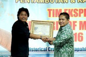 Deputi Bidang SDM, IPTEK dan Budaya Maritim Safri Burhanuddin memberikan Sertifikat Penghargaan Kepada Perwakilan Tim Ekspedisi Spirit Of Majapahit di Kantor Kemenko Maritim, Jakarta, Jumat (12/8)