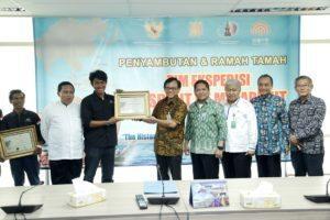 Sekretaris Kemenko Bidang Kemaritiman Asep D Muhammad, memberikan Sertifikat Penghargaan Kepada Perwakilan Tim Ekspedisi Spirit Of Majapahit di Kantor Kemenko Maritim, Jakarta, Jumat (12/8)