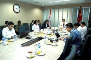 Menko Maritim Luhut B. Pandjaitan memimpin Rapat Koordinasi Penyelesaian Jalan Perbatasan Kalimantan dan Izin Penggunaan Kawasan Hutan di Kantor Kemenko Maritim, Jakarta (15/8).
