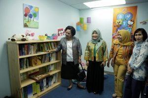 Ibu Devi Pandjaitan (kiri) saat mengunjungi Pojok Baca Kemenko Maritim, di Lantai 21 Kantor Kemenko Maritim, Jakarta, Selasa (30/8).