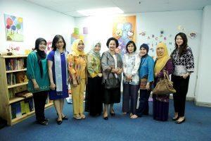 Foto bersama Ibu Devi Pandjaitan dengan Pengurus Dharma Wanita Persatuan (DWP) Kemenko Bidang Kemaritiman di Pojok Baca Kemenko Maritim, Jakarta, Selasa (30/8).