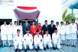 Menko Luhut berfoto bersama Pasukan Pengibar Bendera (Paskibra), Jakarta (17/8).
