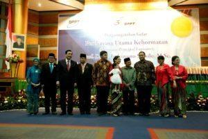 Menteri Koordinator Bidang Kemaritiman Luhut B. Pandjaitan bersama mantan presiden RI ke-3 BJ. Habibie berfoto bersama dengan penerima penganugerahan perekayasa utama kehormatan (PUK) di Jakarta 3 agustus 2016