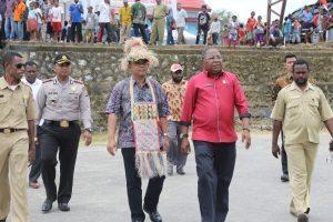Deputi Agung Kuswandono didampingi Bupati Sorong Selatan Samsudin Anggiluli meninjau rencana lokasi pembangunan ice flake machine di Kab. Sorong Selatan (1/9)