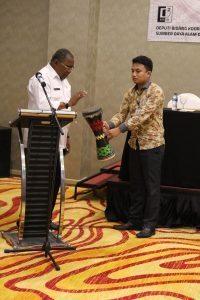 Bupati Sorong Selatan,Samsudin Anggiluli membuka Rakor dengan menabuh gendang (31/8)