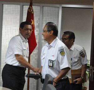 Menteri Koordinator Bidang Kemaritiman Luhut B. Pandjaitan hari Senin (5/9) rapat dengan Dirut KAI Edi Sukmono di kantor Menko Maritim, Jakarta 5 September 2016