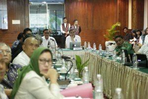 Menko Maritim Luhut B. Pandjaitan di dampingi deputi 3 bidang koordinasi infrastruktur Ridwan Djamaludin memberikan arahan pada acara FGD Dukungan Kebijakan Infrastruktur pada Pembangunan Poros Maritim di Hotel Sari Pan Pasifik, Jakarta 5 September 2016