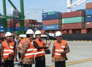 Menteri Koordinator Bidang Kemaritiman Luhut B Pandjaitan mendampingi Presiden RI Joko Widodo meresmikan Peti Kemas yang berada di Cilincing, 13 September 2016