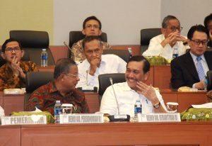 (ka-ki) Menteri Koordinator Bidang Kemaritiman Luhut B Pandjaitan, Menko Bidang Perekonomian Darmin Nasution, bercengkrama Sesaat sebelum rapat kerja anggaran di mulai, di RR badan anggaran DPR RI, 14 September 2016