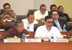 Menteri Koordinator Bidang Kemaritiman Luhut B Pandjaitan, sedang memaparkan bahan rapat kerja Kemenko Bidang Kemaritiman, saat rapat kerja anggaran di mulai, di RR badan anggaran DPR RI, 14 September 2016