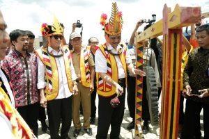 Menko Bidang Kemaritiman, Luhut B Pandjaitan meresmikan pembukaan Pesta Ya'ahowu dengan memukul gong di Lapangan Orurusa Telukdalam, Nias Selatan (17/9)
