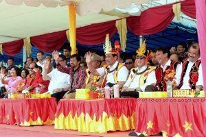 Menko Bidang Kemaritiman, Luhut B Pandjaitan dan Menkumham Yasonna Hamonangan Laoly menghadiri pembukaan Pesta Ya'ahowu di Lapangan Orurusa Telukdalam, Nias Selatan (17/9)