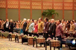 Menko Maritim Luhut B. Pandjaitan saat menyanyikan lagu kebangsaan Indonesia Raya pada acara 15th World Renewable Energy Congress (WREC) 2016 di JCC Senayan, Jakarta (20/9)