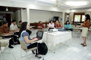 Rapat pembahasan tentang Gerakan Budaya Bersih dan Senyum (GBBS) bersama Ibu Devi Pandjaitan di Kediaman Menko Maritim, Komplek Widya Candra, Jakarta (21/9).