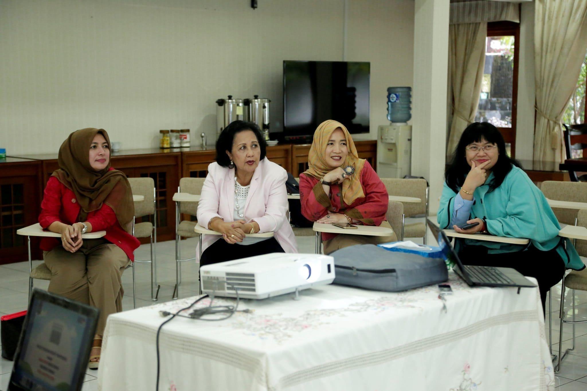 Rapat pembahasan tentang Gerakan Budaya Bersih dan Senyum (GBBS) bersama Ibu Devi Pandjaitan