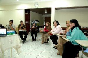 Ibu Devi Pandjaitan menerima paparan pembahasan tentang Gerakan Budaya Bersih dan Senyum (GBBS) di Kediaman Menko Maritim, Komplek Widya Candra, Jakarta (21/9).